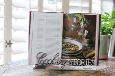 Cooking stories book stand Pris 598,-