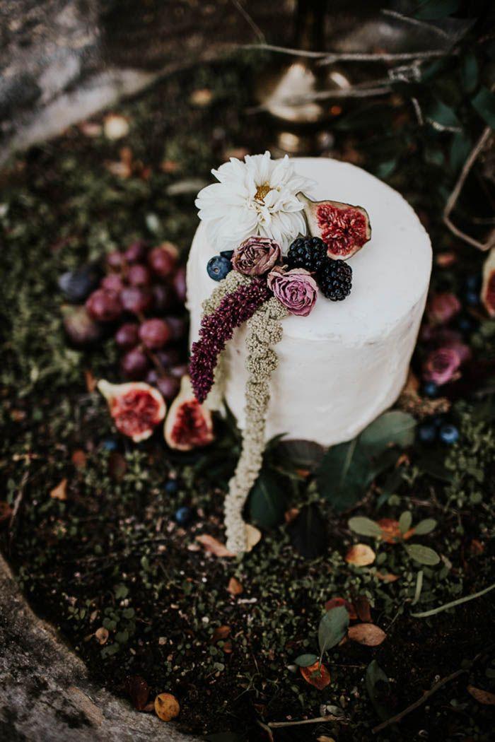 berry embellished winter wedding cake | Image by Yeray Cruz
