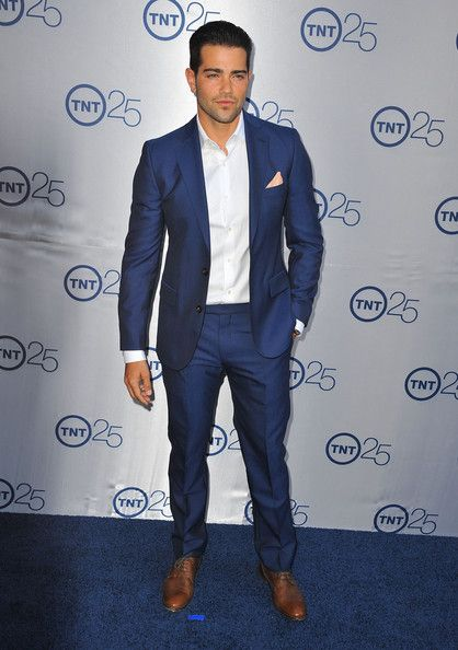 Jesse's midnight blue suit added some daring color to his classic two-piece suit look.
