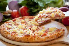 Une pizza c'est toujours bon, mais une pizza maison c'est mille fois meilleur. Cette recette de pizza hawaïenne (jambon et ananas) ne pourrait être plus simple