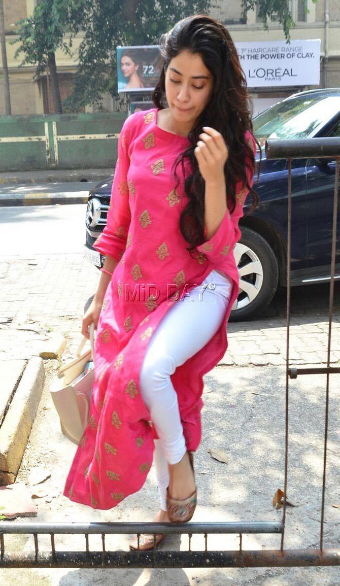 5b19e679b1 Photos: Sridevi's daughter Jhanvi Kapoor looks pretty in pink ...