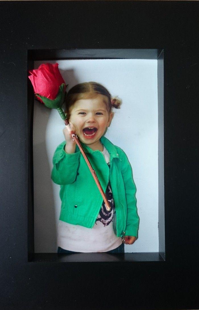 """N.a.v. een uitnodiging op """"welke"""" heb ik met alle kinderen van de peuterspeelzaal moederdag cadeautjes gemaakt…  Foto met vuist en later een bloem door geprikt..."""