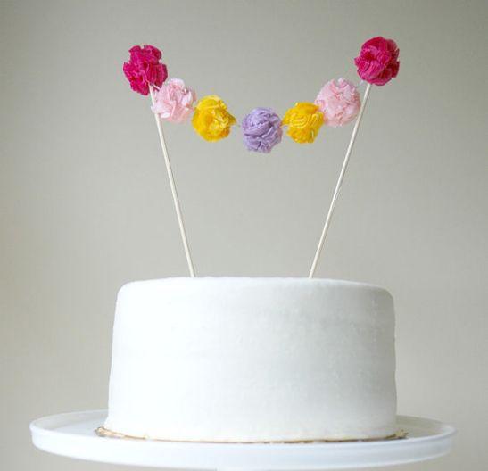 une guirlande de pompoms pour decorer un gateau d anniversaire