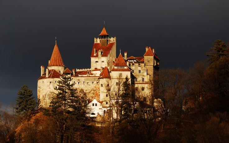 Castillo de Bran (castillo de Dracula)  Situado a 30 km de Brasov, entre los montes  Bucegi y Piatra Craiului,  el castillo de Bran es un importante monumento nacional y punto de referencia del turismo rumano, debido tanto a su belleza, al paisaje, así como a la leyenda de Dracula, cuyo espíritu persigue aún estos antiguos lugares.