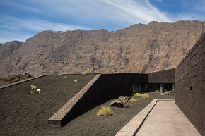 Relación edificio/entorno (Oficina central Parque natural Fogo,© Fernando Guerra | FG + SG)
