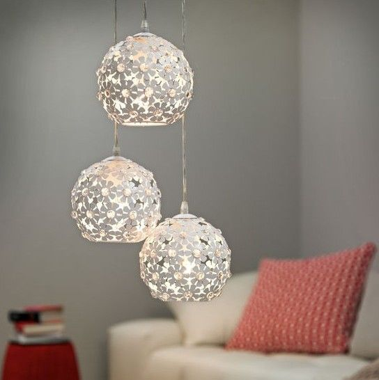 Φωτιστικό κρεμαστό μονόφωτο, σε μοντέρνο στυλ, με ροζέτα ατσάλινη σε λευκό και φλοράλ διάκοσμο και διάφανα κρύσταλλα. Hanifa από την Eglo. ------------------------ Pendant light, in modern style, with rosette steel in white and floral decoration and transparent crystals. #crystals #lightingdesign #floraldesign #floral #ceiling #lamp #flowers #livingroom #livingroomideas #modern #style #cute #cosy #pendantlight