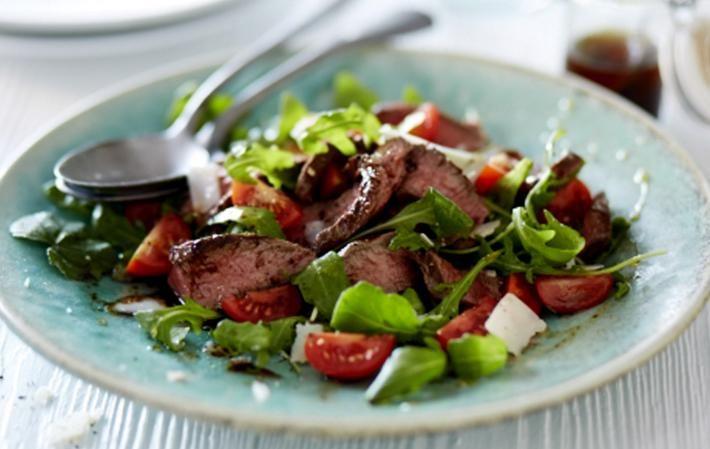 Этот вкусный салат может заменить полноценный легкий ужин. Сочетание трав, помидоров, нежирного мяса, пряной заправки - это все, что нужно для идеального вечера. С точки зрения правильного питания, такой набор ингредиентов усваивается лучше всего, так как для их расщепливания требуется одинаковый фермент, облегчается процесс пищеварения и дальнейший метаболизм питательных веществ.