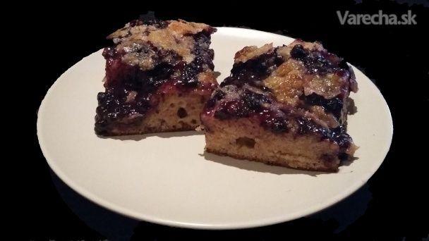 Moja starká bola úžasná kuchárka. Mám od nej recept na tento čučoriedkový koláč a je  najlepší na svete.  Vymenila som pšeničnú múku za špaldovú, ale na chuti to nič neubralo a aj tak je  dokonalý.