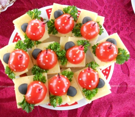 Сырное канапе с помидорами и оливками