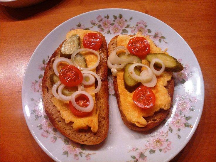 Kytičkový den - topinka, pomazaná hořcicí, se smaženkou pouze ze žloutků (bílek ne), kyselou okurkou, cibulí a rajčaty