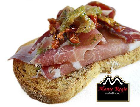 Tosta de jamón serrano #MonteRegio con cebolla caramelizada y tomate confitado ¡Feliz sábado!