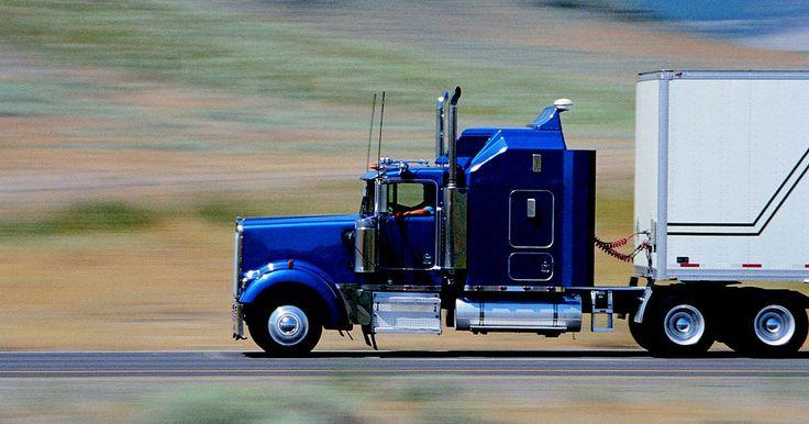 Requisitos de cualificación para conducir camiones con remolque. Los conductores de camiones con remolque suelen conducir por largas rutas interestatales para transportar mercancías a las empresas en todo el país. Los conductores suelen pasar muchas noches fuera de su hogar mientras están de viaje y no pueden manejar más de 11 horas al día debido a las exigencias físicas y mentales de conducir un camión grande ...
