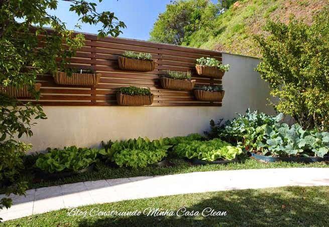 Deck de madeira com horta vertical pra quem não tem  muito espaço