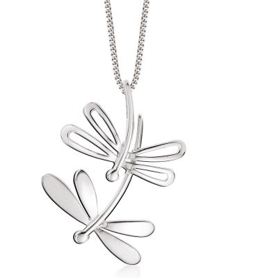 Produkt sprzedawany jest bez łańcuszka.  Wyjątkowy wisiorek w kształcie motyla wykonany ze srebra próby 925. Zawieszkę tę cechuje nowoczesny styl i oryginalne wzornictwo. Wykonana jest z niebywałą precyzją i mistrzowską dbałością o każdy, nawet o najmniejszy detal.