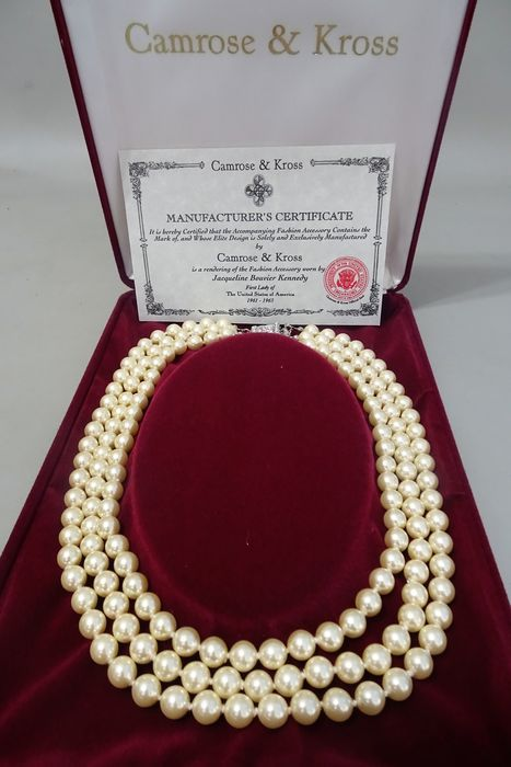 Camrose & Kross - JBK - JACKIE BOUVIER KENNEDY - Triple Strand ivoor Faux parel ketting met vak & certificaat van echtheid  Camrose & Kross is alleen bedrijf in de wereld die heeft het recht om exacte kopieën van gecertificeerde juwelen van de First Lady van de Verenigde Staten - Jacqueline Kennedy te maken. Jackie was bekend om haar verfijnde smaak en had een enorme collectie van one-of-a-kind waardevolle juwelen - luxe broches emerald oorbellen emaille armbanden en Parel Kettingen. Alle…