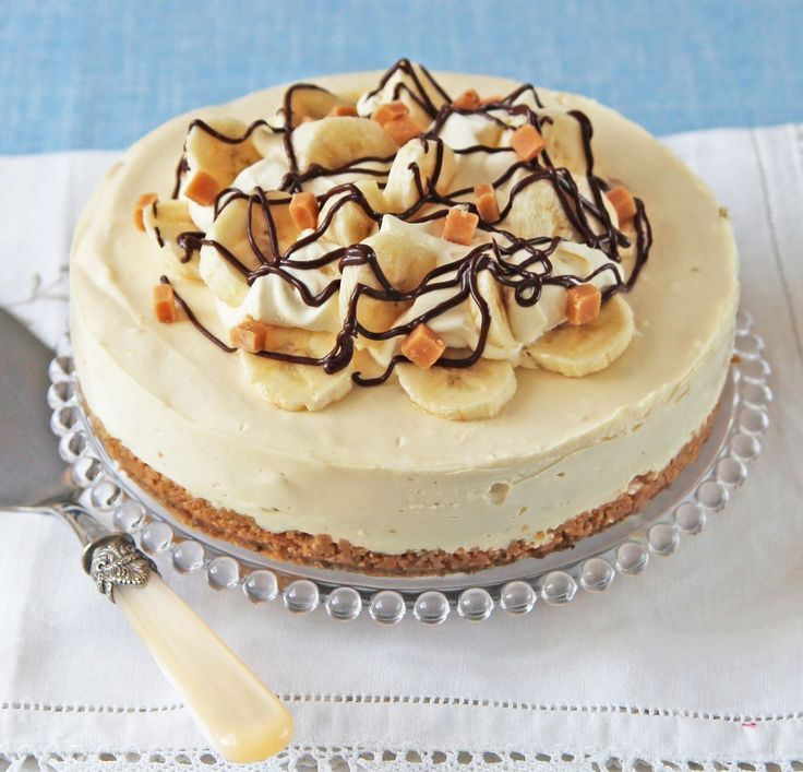 Banoffee cheesecake Toffee flavoured cream cheese filling with fudge chunks, topped with cream, bananas and chocolate, makes this Banoffee Cheesecake Recipe irresistible.