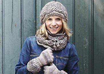 Når kulden bider, er det godt at kunne pakke sig ind i et hjemmestrikket uldent sæt bestående af hue og handsker samt et halsrør med praktisk snøre, så det holder sig tæt til halsen.