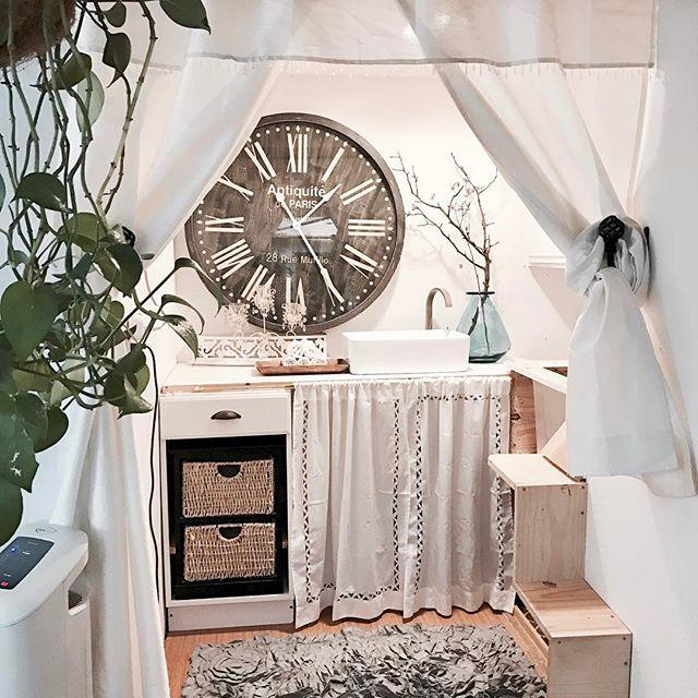 FOR cats bathroom&toilet✨猫様のトイレです。5catsも居るので左側の上に設置。服などを入れる収納プラスチック大をトイレ代わりに。階段で登って行きます✨#catbath#cattoilet#catbathroom#愛猫#猫のトイレ#カフェ風インテリア#カフェ風#カリフォルニアインテリア#猫好きさんと繋がりたい#猫好きな人と繋がりたい#whiteroom#インテリア#interiors#グリーンのある暮らし#ハンギング#掛け時計#インテリア雑貨#セルフリフォーム#diy#インダストリアル#セルフリノベーション