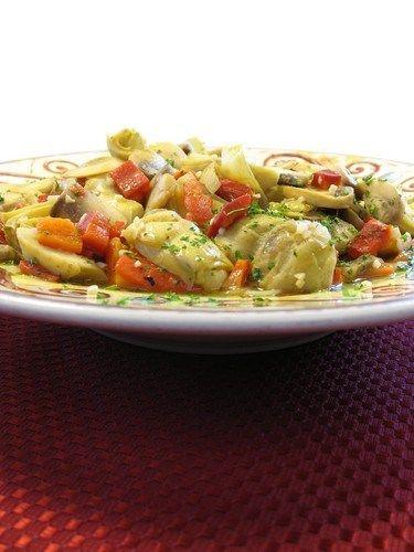 Салат из пенне, вяленых томатов и артишоков