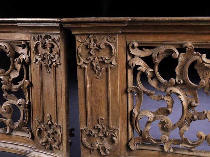 Holzgeschnitzte Rocaillen, C-Voluten und Blattmotive, durchbrochen gearbeitet, zwischen zwei Lisenen, mit applizierten C-Voluten und Rankenwerk. Eichenholz. ...