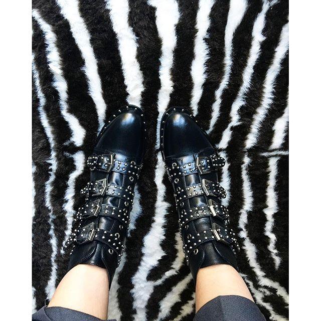 New babies  Je vous les montre sur snapchat (fan_london) et sur mon blog avec le lien direct (il s'agit des Ali Express). Des bisous   @aliexpress.official #ankleboots #boots #aliexpress #givenchy #fbloggers #blogmode #mode #ootdshare #outfit #ootd #blogueuse #bottinescloutees