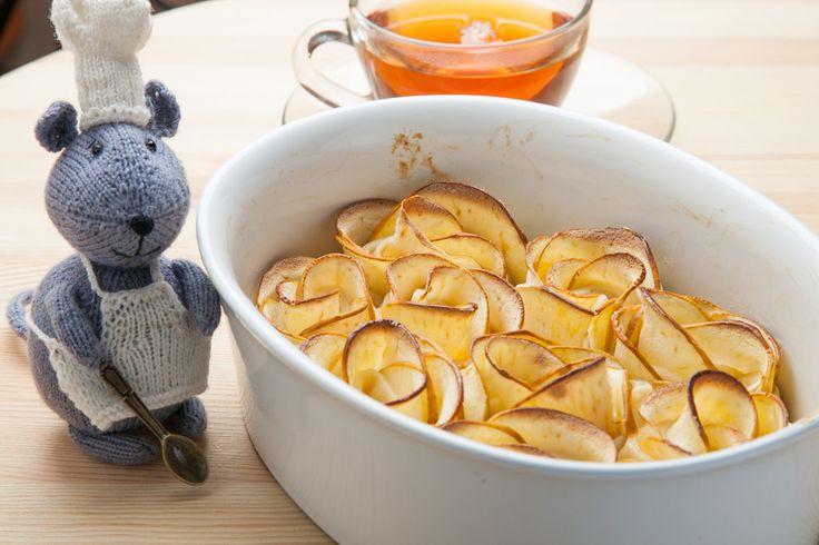Яблочные розы ингредиенты: тесто слоеное 500 г, яблоки 3-4 шт., джем 3 ст.л., лимон 1/2 шт., мука для присыпки стола, корица по вкусу, сахарная пудра для украшения.