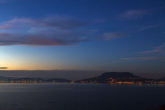 Időjárás: Időtlenül szép naplementét fotóztak ma a Balatonnál - képek - HVG.hu