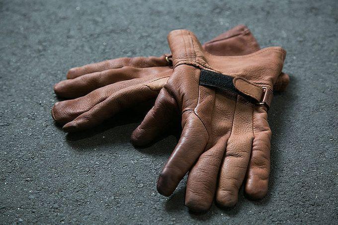 冬用のグローブはNAPA GLOVESのガントレットを使用。ディアスキンで柔らかく、裏地付きで暖かい。インナーグローブと併用。