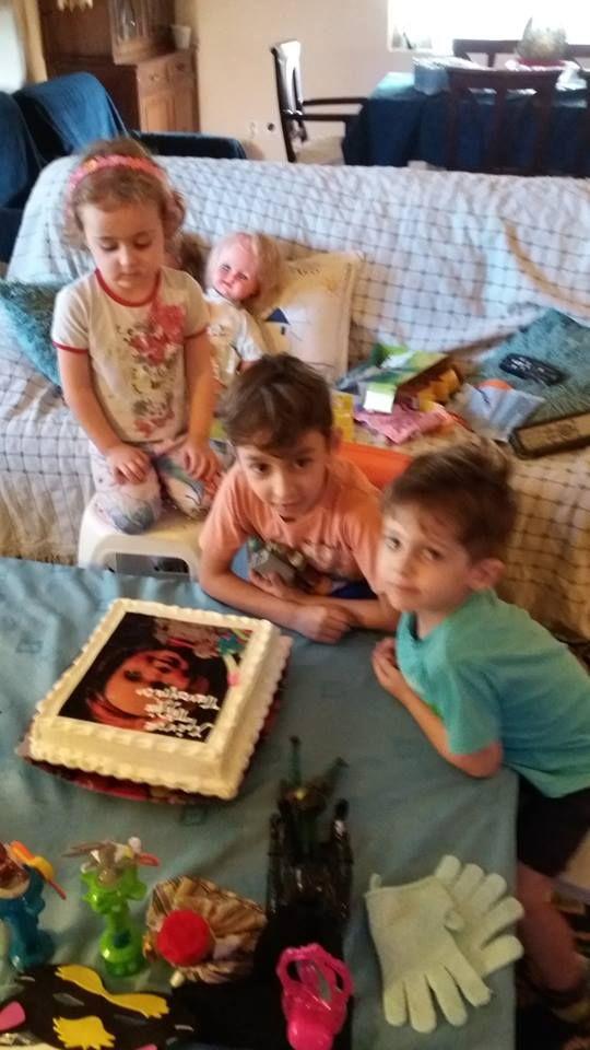 Ευχαριστούμε πολύ το ζεύγος Αντώνη Μιχαλόπουλου-Παπαζήση, που μας έστειλε τις υπέροχες φωτογραφίες με τα 3 παιδάκια τους, που απέκτησαν με εξωσωματική γονιμοποίηση μέσω του Κέντρου μας!! Ο Παναγιώτης που είναι ο μεγάλος τους γιος, γεννήθηκε στις 2/6/2009 και πάει πλέον Τρίτη Δημοτικού, ενώ τα δίδυμα Σοφία-Αθηνά και Κίμων που γεννήθηκαν στις 23/11/2012, είναι στο Νηπιαγωγείο. Να σας ζήσουν!! Να' ναι πάντα γερά και ευτυχισμένα!!