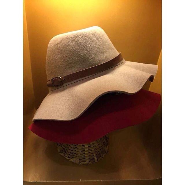Os chapéus são aqueles coringas que arrematam qualquer look. Vem escolher o seu e comece a semana perfeita! #voudesollas #sollas #hat