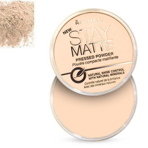 Η Stay Matte Pressed Powder από τη Rimmel London προσφέρει ματ αποτέλεσμα στο μακιγιάζ σας! Με φυσικά, μεταλλικά συστατικά ελέγχει την έκκριση λιπαρότητας και την εμφάνιση γυαλάδας. Ελαχιστοποιεί την εμφάνιση των πόρων για πάνω από 5 ώρες, χαρίζοντας ματ άψογη επιδερμίδα.Η Rimmel London Stay
