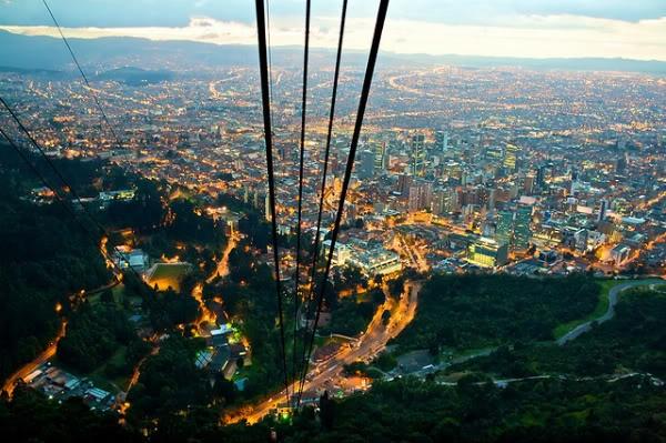 Vista aérea de la iluminada ciudad colombiana.