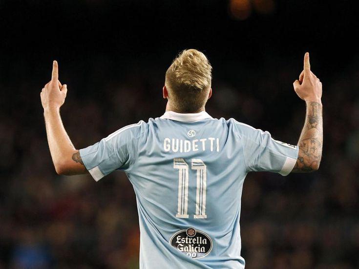 El delantero sueco del Celta de Vigo John Guidetti celebra su gol, el primer tanto de su equipo ante el FC Barcelona,
