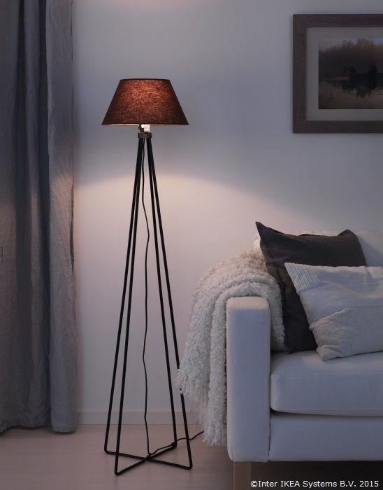 Lumina de atmosferă contribuie mult la sentimentul de căldură de acasă. Alege o bază de lampadar înaltă și simplă și apoi poți regla felul în care cade lumina schimbând abajurul.  www.IKEA.ro/baza_lampadar_ASTORP