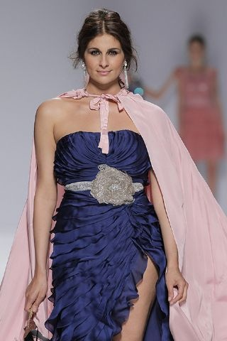 Espectacular diseño en azul y con palabra de honor de Matilde Cano. Nos gusta aún más en una modelo con curvas de verdad! http://www.boda.tv/Pasarela/gaudi-novias-2013/madrina/matilde-cano.htm