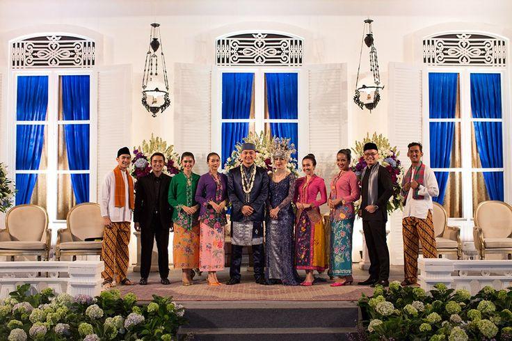 Pernikahan adat Betawi ala Luci dan Tyo ini memang sungguh cantik dan mempesona! Nah bagi kamu yang akan menikah dengan adat Betawi, baca post ini yuk!