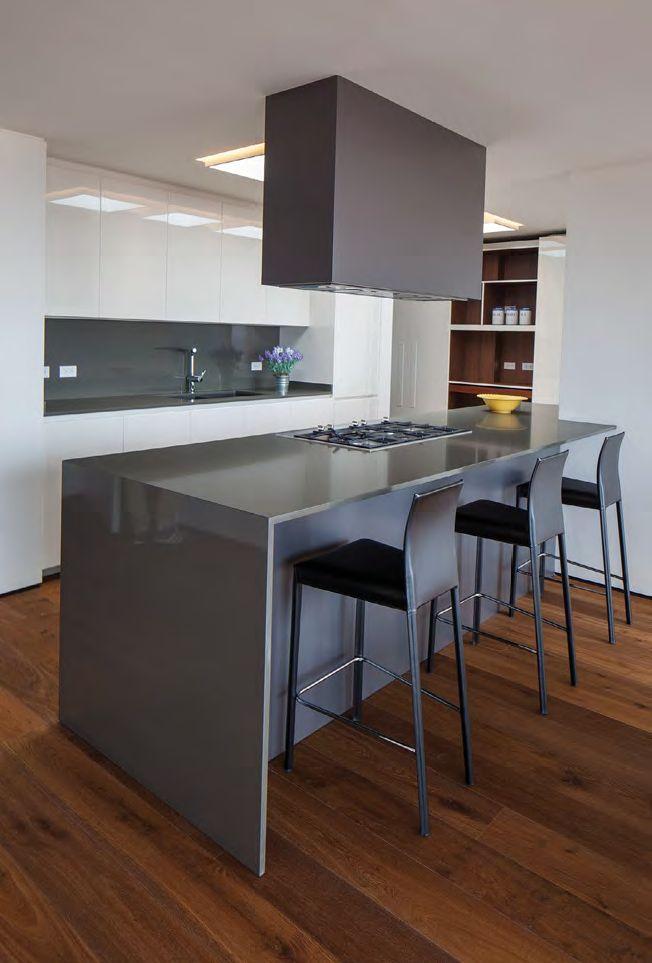 Muebles a medida, aparatos de calidad, durabilidad y bajo mantenimiento de los materiales, gabinetes de almacenamiento, zonas amplias para trabajar y tecnología de punta. Puntos focales para una cocina ideal, eficiente y deslumbrante.