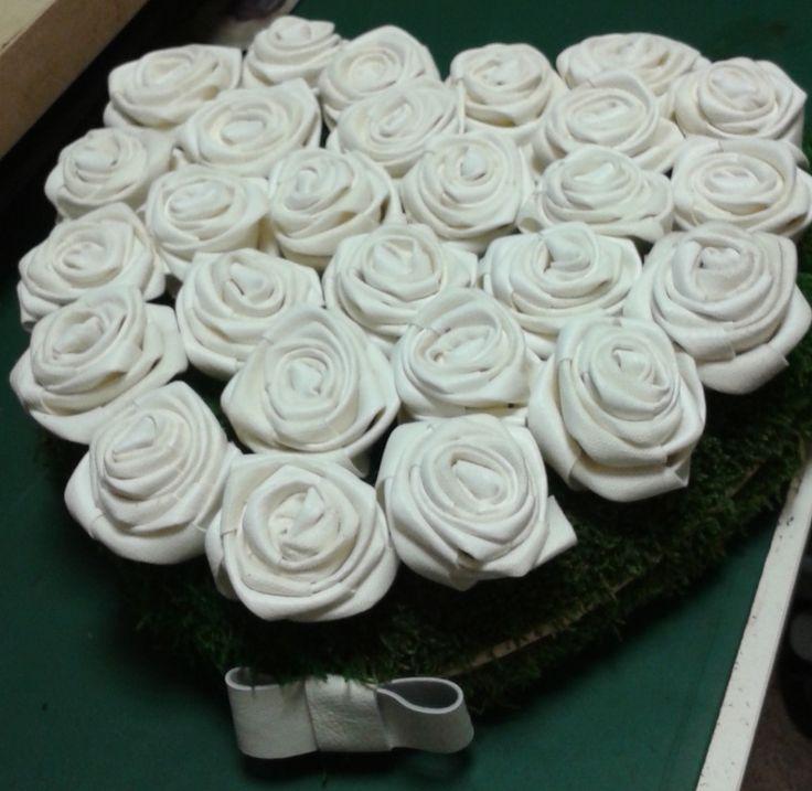 2 ans de mariage. noces de cuir. cœur piqué de fleurs en cuir blanc