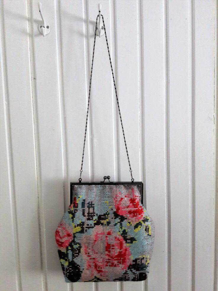 Käsilaukun malli on oma. Kangas on ostettu Eurokankaasta.