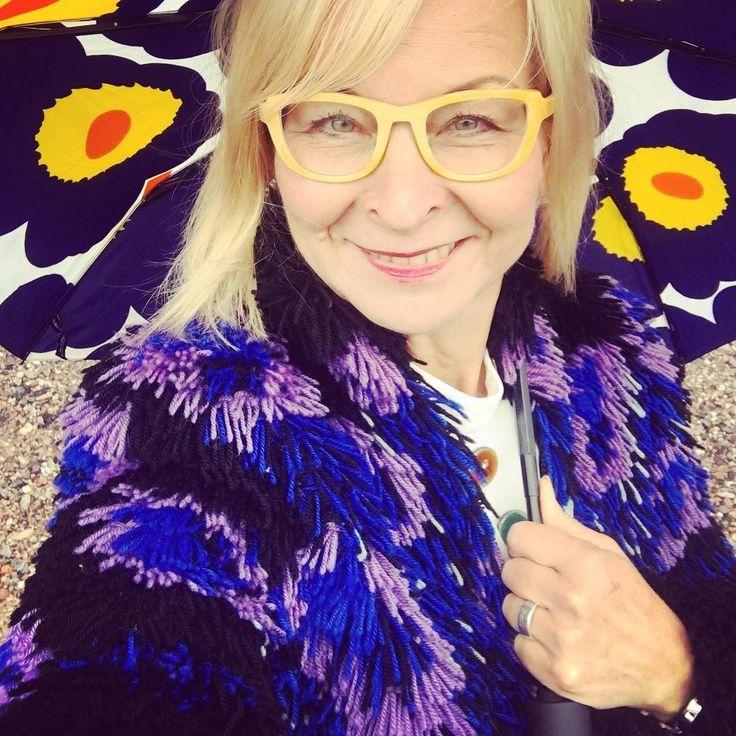 Kyllä voi käyttää ryijytakkia sateellakin! Ei tule kylmä! @helimg_ecofurs @vaatepuu #somefi #futuremarja #ilovemyjob #ig_mood #ig_color