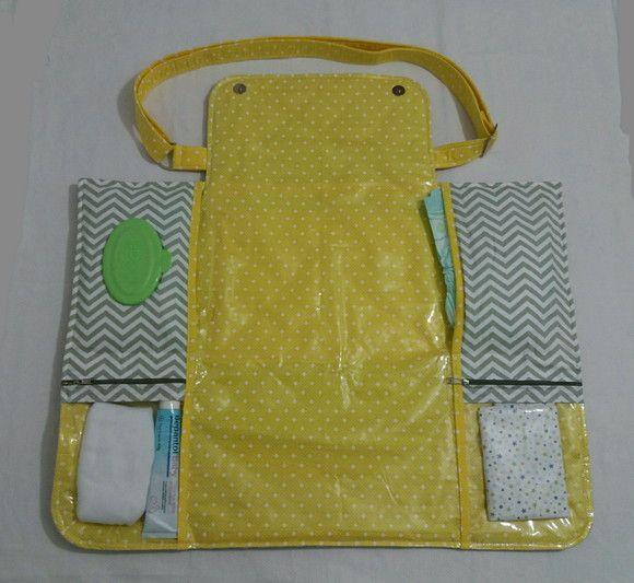 A bolsa se transforma em trocador portátil, super útil, com divisórias para lenço umedecido, pomada, fraldas e roupinhas.  Alça regulável e bolso externo grande com ziper.  Fechamento é feito com botão imantado (ímã)   Feito com tecido 100% algodão,plástico,estrutura de manta acrílica.    O produ...