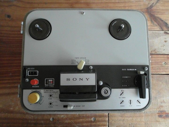 Amplificador/Cabelzal Híbrido Modificación De Grabador Sony 102-B   Conserva el circuito original y su sonido vintage. Es un diseño híbrido con etapa de pre a transistor, amplificador valvular, salida con pentodo clase A y parlante de Alnico original.   Tiene control de entrada/distorsión, control de salida/volumen y modo Low y Hi Gain.