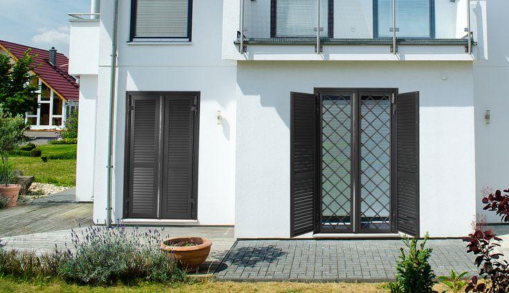 Porta finestra a 2 ante. Classe 4 antieffrazione UniEn 1627 ,con persiane aperte, colore ferro antracite.