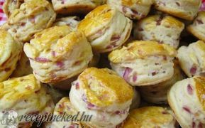 Libazsíros-lilahagymás pogácsa recept fotóval - Hozzávalók: Tésztához: 50 dkg liszt 1 púpos ek. libazsír 1 dl tej 1 kk cukor 40 g élesztő 1 tojás 2-3 dl tejföl 3 tk. só libazsír 2-3 fej lila hagyma Tetejére: 1 felvert tojás