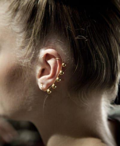 La hélice o cartílago se refiere a la parte superior, externa de la oreja. Los piercings en la hélice tardan unos 3-9 meses en sanar y tienen un nivel de dolor similar a los piercings en el lóbulo de la oreja. Sin embargo el proceso de curación es más complejo y doloroso.Puedes comprar el manguito de oído aquí.Fuente: (Wicked Body Jewelz)