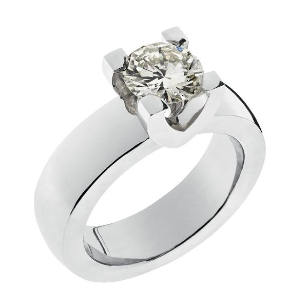 Hold-kihlasormus  Asiakkaan oman timantin ympärille suunniteltu kihlasormus. Toiveena oli selkeä ja jämäkkä sormus, jossa muhkea timantti tulee hyvin esille korkeaan istutukseen.   Materiaalit: timantti1.25ctH/VS1 (asiakkaalta),750-valkokulta