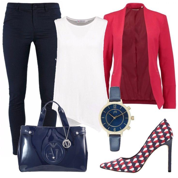 Un outfit perfetto per le giornate in ufficio in questa calda primavera. Jeans blu con top smaniato bianco, leggermente svasato. Sopra, un blazer rosso e ai piedi delle décolleté con una texture blu, rossa, bianca. Gli accessori sono blu: un orologio con cinturino in pelle slim, blu come il quadrante e una borsa Armani Jeans, blu di vernice.