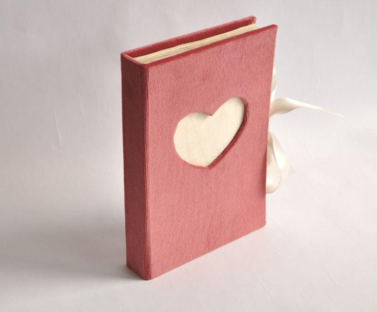Weselna księga gości obita aksamitem, wiązana na satynowe wstążeczki. Genialna pamiątka ślubna :)  Dostępna w butiku Madame Allure.