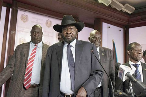 "150 orang tewas dalam baku tembak di Sudan selatan  JUBA (Arrahmah.com) - Ulang tahun kelima kemerdekaan Sudan Selatan dirusak oleh kekerasan yang menewaskan hampir 150 tentara dan warga sipil ungkap juru bicara wakil presiden negara itu Sabtu (9/7/2016) sebagaimana dilansir CNN.  Baku tembak meletus pada Jum'at antara tentara yang setia kepada Presiden Salva Kiir dan orang-orang yang mendukung Wakil Presiden Riek Machar menurut juru bicara Machar James Gatdet Dak.  ""Sudan Selatan hari ini…"