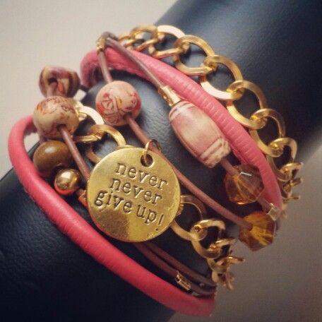 Pulsera boho chic con cadenas, abalorios y cuero. Boho chic bracelet with chains, leather and charms  - by Arriba Muñecas.